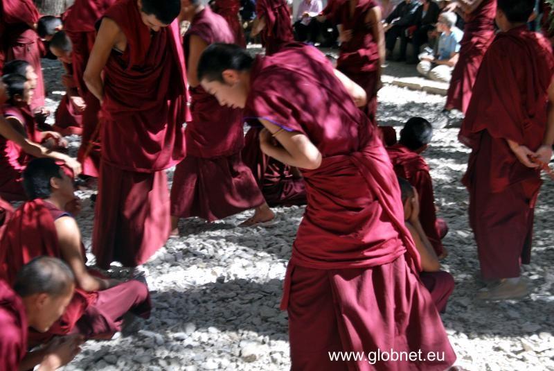 tybet_klasztor_sera_debata_mnichow_glob_net